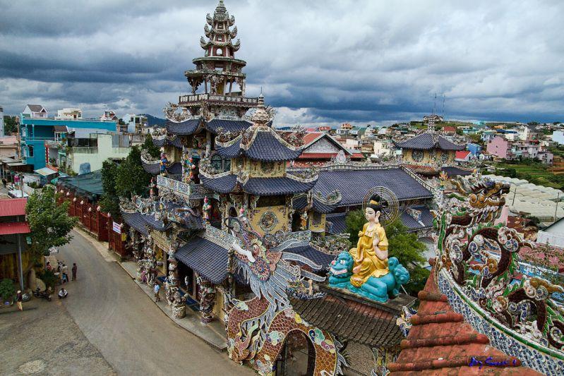 ngôi chùa Linh Phước với những hình ảnh rồng phượng và mái ngói xanh ngọc bích