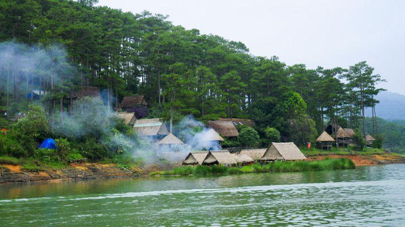 những ngôi nhà mái tranh xem lẫn với rừng thông bên hồ Tuyền Lâm Đà Lạt