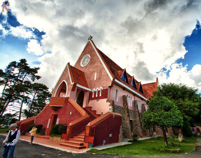hình ảnh nhà thờ Domain với màu sắc đỏ trong ánh nắng và khuôn viên nhiều cây xanh
