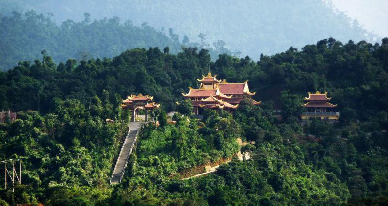 những ngôi nhà với mái ngói đỏ xem lẩn trong vườn cây xanh ở thiền viện Trúc Lâm