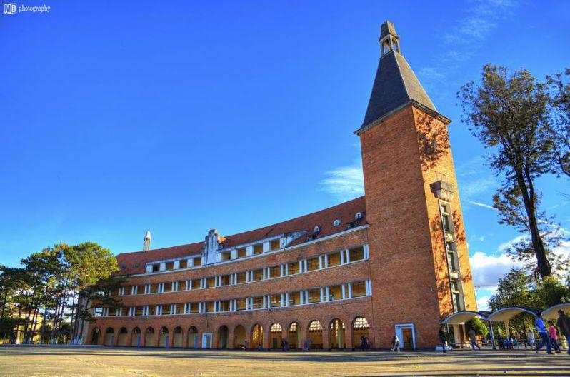 ngôi trường cao đẳng Sư Phạm Đà Lạt với kiến trúc thiết kế phương tây xen lẫn giữa những hàng thồng