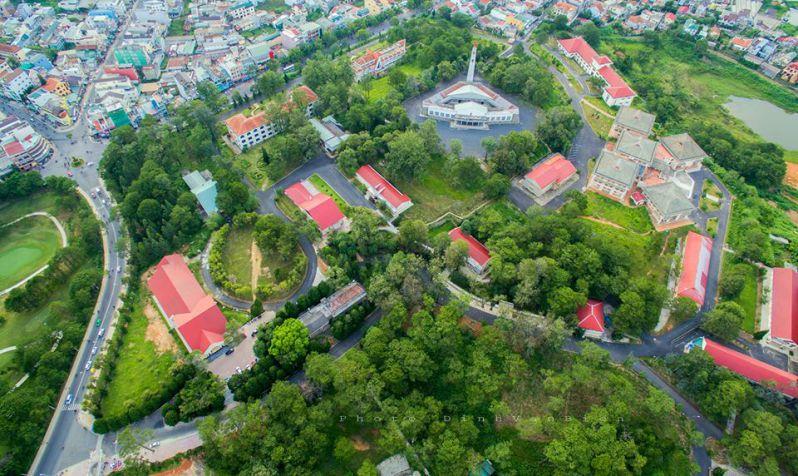 những giãy nhà với ngói đỏ xen lẫn trong vườn cây xanh ở trường đại học Đà Lạt