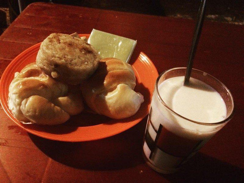 Ăn vặt ở Đà lạt - combo sữa đậu nành và bánh
