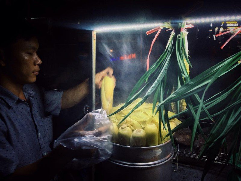 Khung cảnh hấp dẫn tại một quán bắp luộc ở Đà Lạt