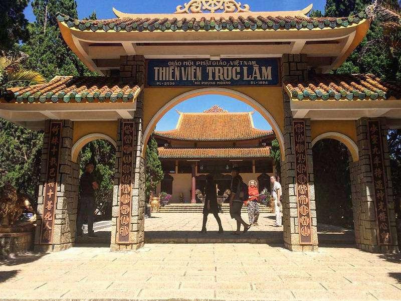 cổng vào thiền viện Trúc Lâm Đà Lạt