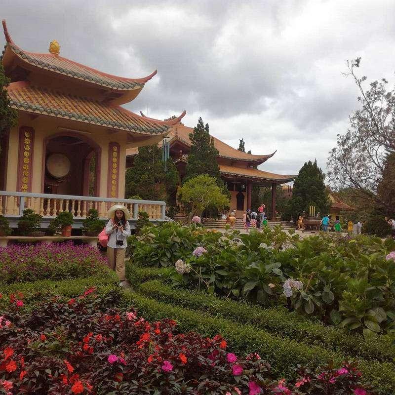Vườn hoa trước chính điện thiền viện Trúc Lâm