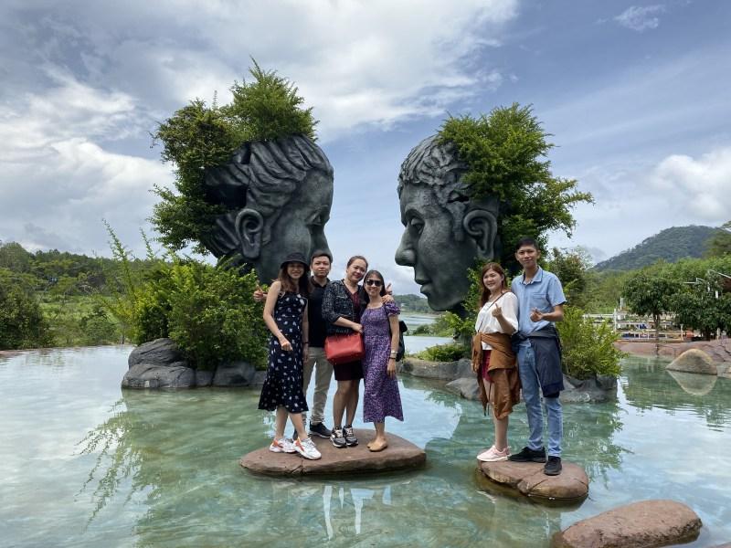 Tham quan hồ Vô Cực Đà Lạt trong tour Hà Nội Đà Lạt