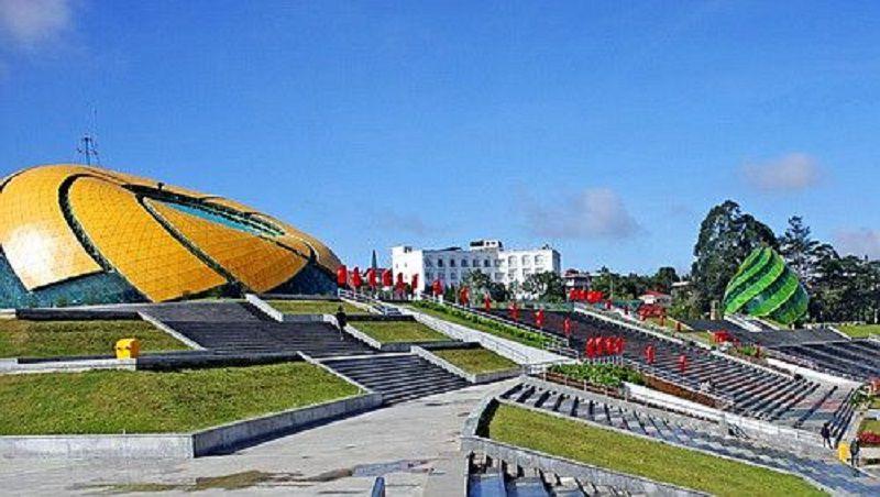 Một góc nhìn quảng trường Lâm Viên, với bông hoa giả quỳ và nụ atiso