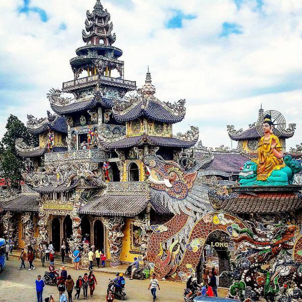 Visiting Linh Phuoc Pagoda in Da Lat sodeep tour.