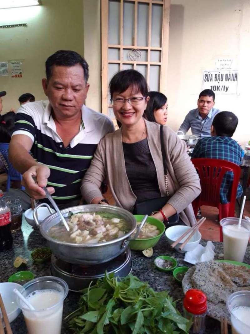 Thực khách đang trải nghiệm lẩu gà lá é Tao Ngộ ở Đà Lạt