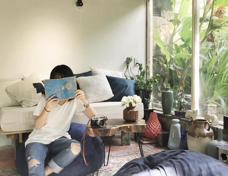 Em gái đọc sách tai Le Bleu homestay ở Đà lạt