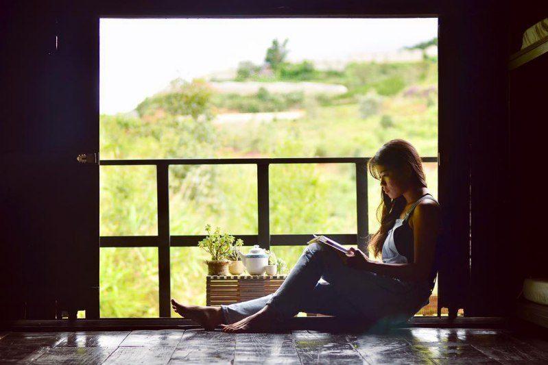 Buổi sáng đọc sách tại Nhà Gió homestay ở Đà lạt