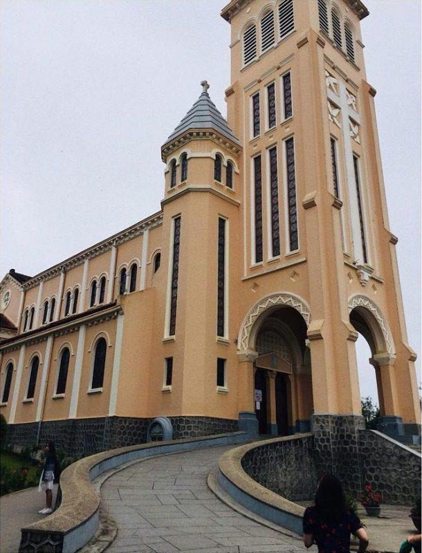 Nhà thờ Con Gà Đà Lạt nhìn từ phía chính diện