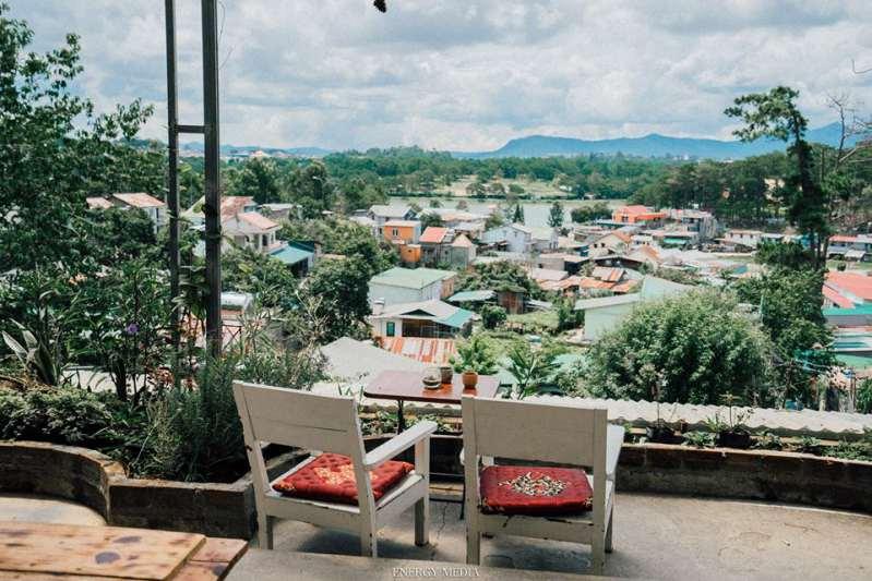 View ngắm ra thành phố từ Sunshine cafe Đà Lạt