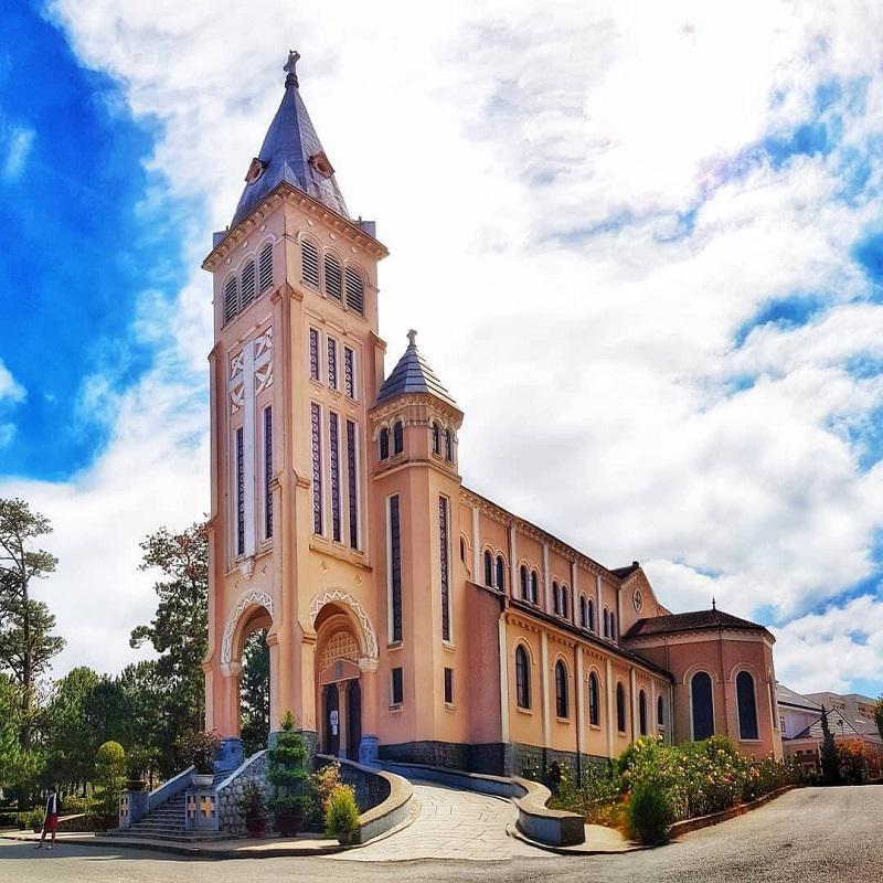 toàn cảnh kiến trúc thiết kế nhà thờ Con Gà Đà Lạt