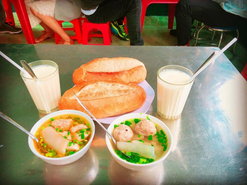 Món bánh mì xíu mại Hoàng Diệu ở Đà Lạt ăn kèm sữa đậu nành