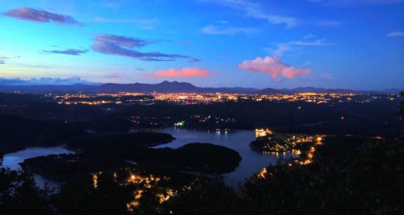 Cảnh Hồ Tuyền Lâm khi đêm đến rất ảo mộng