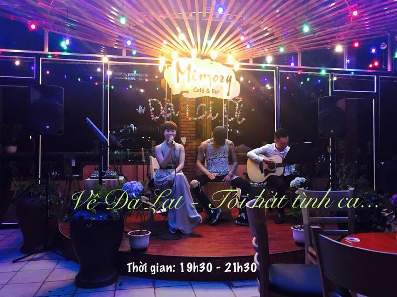 Khung cảnh ở bên trong Cafe Memory ở Đà Lạt về đêm