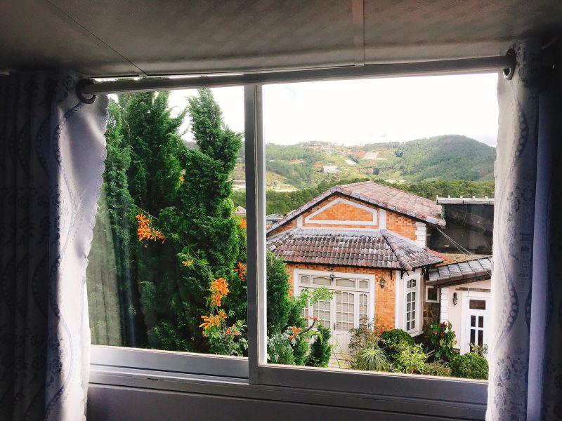 Một góc nhìn ra từ cửa sổ của Cẩm Tú Cầu Villa ờ Đà Lạt