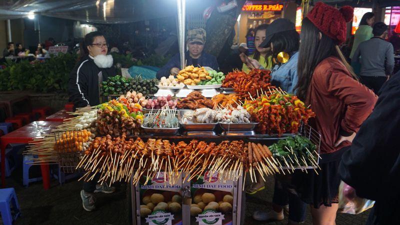 Chợ Đà Lạt về đêm có rất nhiều món ăn ngon cho bạn tha hồ thưởng thức