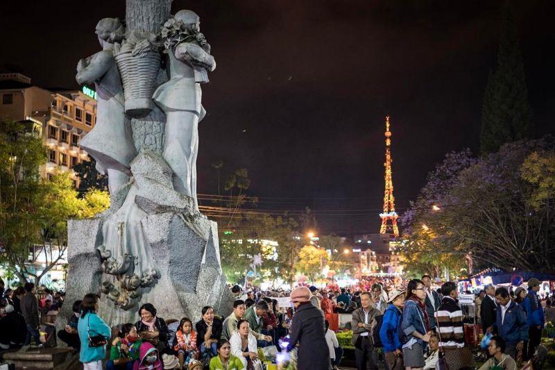 Khung cảnh đông đúc nhộn nhịp của Chợ Đà Lạt về đêm