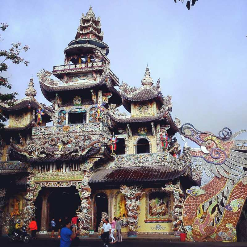 Chùa Linh Phước - ngôi chùa nổi tiếng được xây dựng bằng mảnh chai ở Đà Lạt