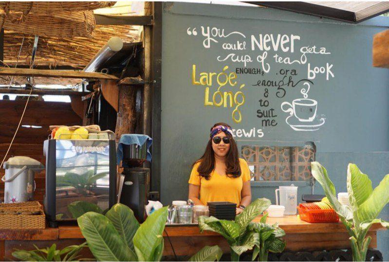 Cô nhân viên phục vụ dễ thương tại Up Coffee Đà Lạt