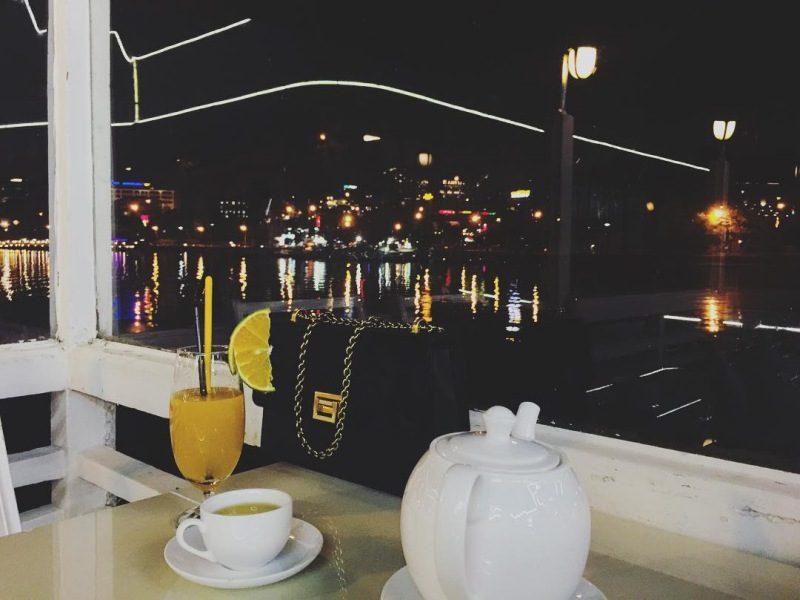 Ngắm nhìn tp Đà Lạt về đêm từ một quán cafe trên Hồ Xuân Hương
