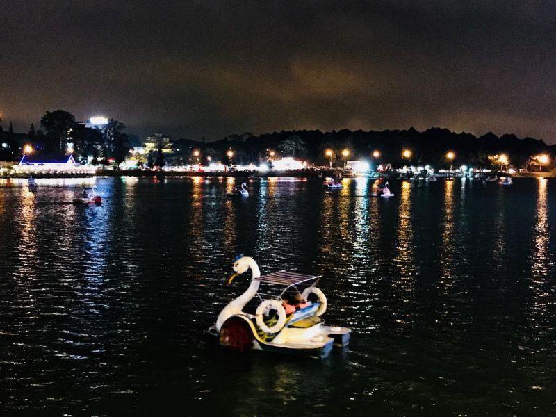 Cảnh Đà Lạt về đêm - đạp vịt trên Hồ Xuân Hương đẹp và vui