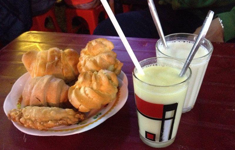 Combo sữa đậu nành Đà Lạt nóng và bánh ngọt trứ danh