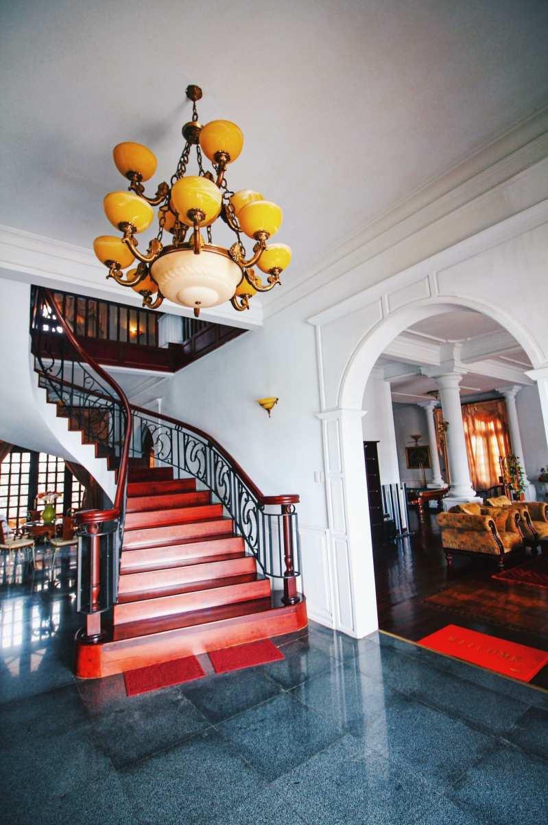 Cầu thang bên trong biệt thự Hoàng Gia - Biệt thự nguyên căn Đà Lạt cho thuê