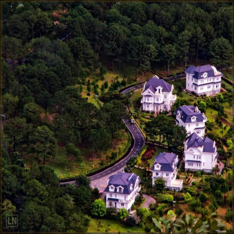 Xung quanh khu Hồ Tuyền Lâm có rất nhiều Villa để bạn ghé thăm