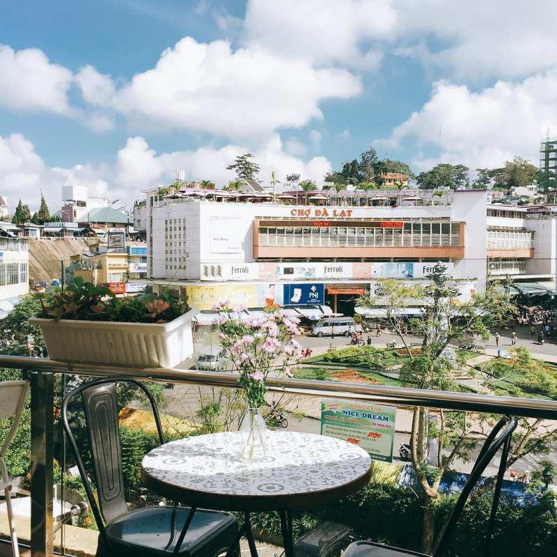 Quán Windmills Cafe có view đẹp nhìn ra cổng chợ Đà Lạt