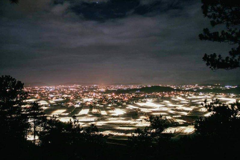 Từ quán cà phê Panorama có thể nhìn ra khung cảnh của Trại Mát