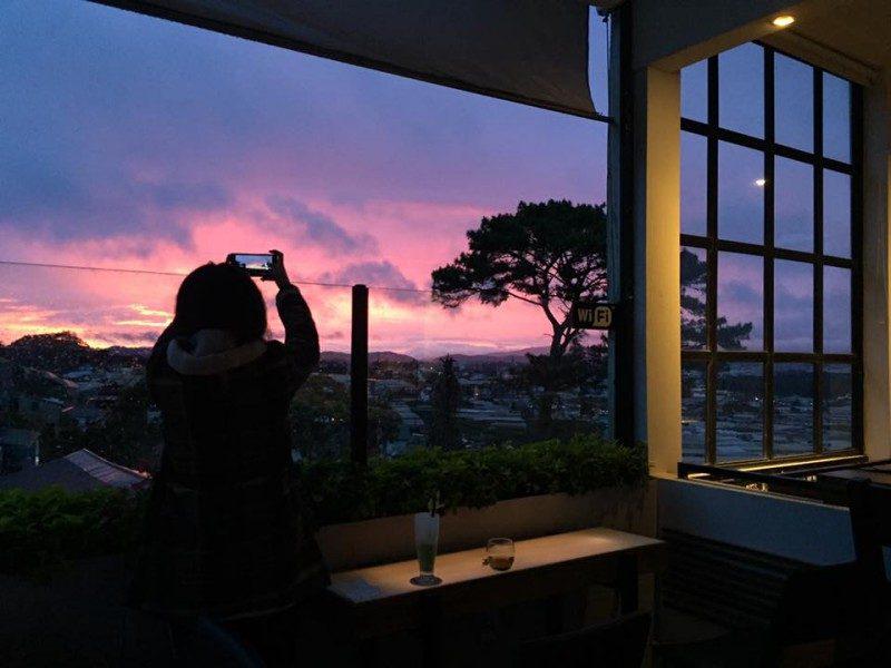 Ngắm hoàng hôn tại quán Cafe Panorama Đà Lạt là một trải nghiệm tuyệt vời