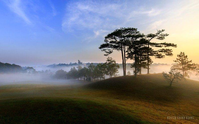 Khung cảnh buổi sáng đầy thơ mộng buổi sáng ở sân Golf Đồi Cù ở Đà Lạt
