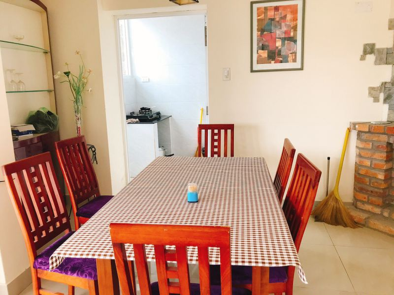 Phòng ăn bên cạnh nhà bếp với đầy đủ tiện nghi ở Sen Villa