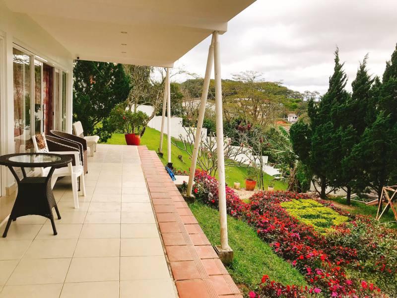 Sen Villa ở Đà Lạt có khuôn viên đẹp và rộng, rất thích hợp cho Party và BBQ ngoài trời.