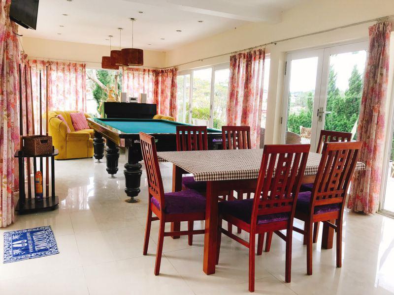 Không gian một phòng sinh hoạt với bàn bi-a cùng với các tiện ích khác cho khách thư giãn của Sen Villa