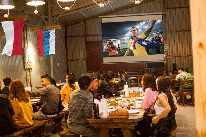 Xem bóng đá và uống bia cùng Quán Barn House BBQ and BEER ở Đà Lạt