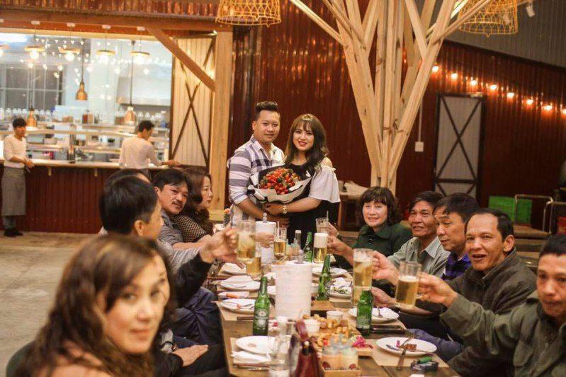 Tiệc kỷ niệm ngày cưới ở Quán Barn House BBQ and BEER ở Đà Lạt