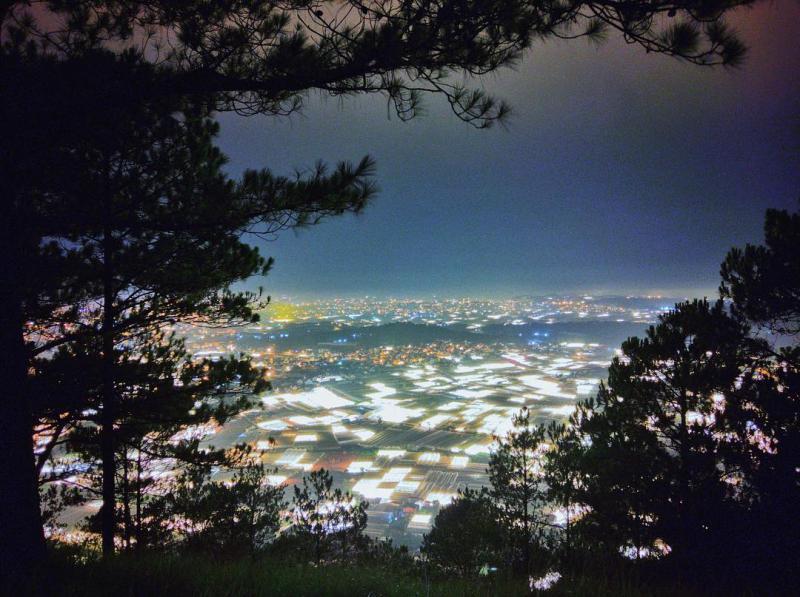 Cảnh đẹp Đà Lạt về đêm - Ngắm Trại Mát lên đèn