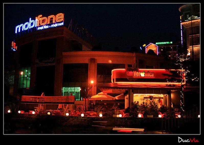 Cảnh bên ngoài Cafe Veronica ở Đà Lạt về đêm
