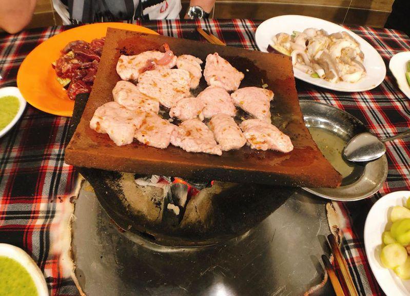 Vú heo nướng tại Nướng ngói Cu Đức ở Đà Lạt