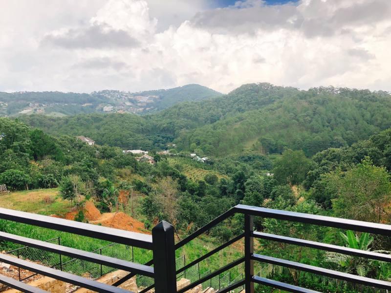Windy Villa ở Đà Lạt nằm giữa một thung lũng với view rừng xanh ngát