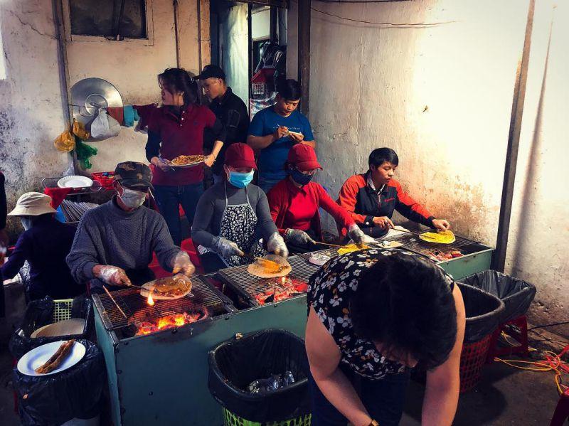Không gian đông đúc bên trong quán bánh tráng nướng dì Đinh ở Đà Lạt