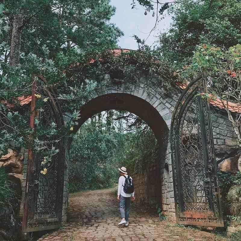 Lối vào khu biệt thự giao hưởng xanh ở Đà Lạt