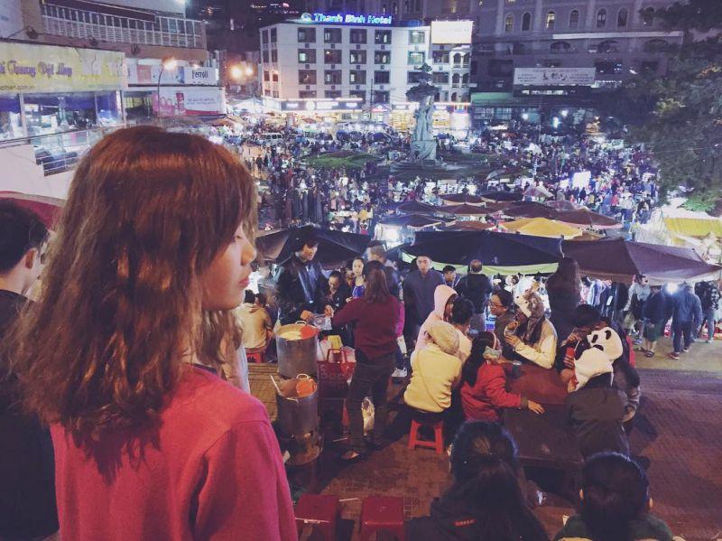 Ngắm nhìn cảnh chợ Đà Lạt về đêm là một trải nghiệm tuyệt vời
