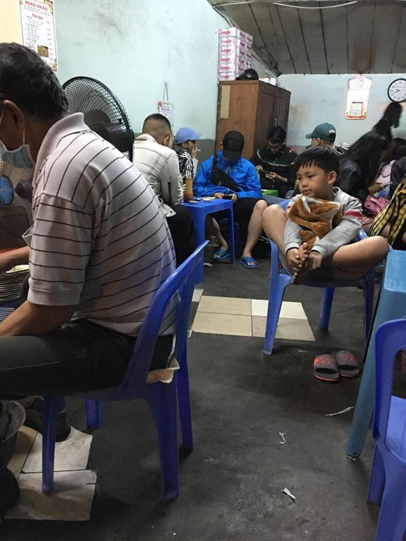 Quán bánh tráng nướng Bùi Thị Xuân lục nào cũng đông khách chờ đợi