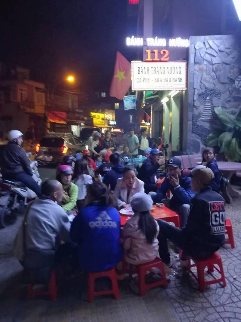 Không khí nhộn nhịp bên ngoài quán bánh tráng nướng 112 Nguyễn Văn Trỗi Đà Lạt